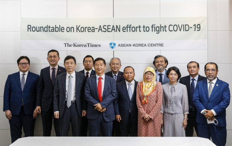 Korea Times President-Publisher Oh Young-jin, fifth from left, and ASEAN-Korea Centre Secretary General Lee Hyuk, third from left, pose with heads of diplomatic missions from 10 ASEAN member states during a roundtable at The Korea Times office in Jung-gu, central Seoul, June 15. From left are Charge d'affaires Christian L. De Jesus of the Philippines, Singaporean Ambassador Eric Teo Boon Hee, Lee, Myanmar Ambassador Thant Sin, Oh, Vietnamese Ambassador Nguyen Vu Tu, Cambodian Ambassador Long Dimanche, Brunei Ambassador Pg Hjh Nooriyah PLW Pg Hj Yussof, Indonesian Ambassador Umar Hadi, Thai Ambassador Rommanee Kananurak, Lao Ambassador Thieng Boupha and Malaysian Ambassador Dato' Mohd Ashri Muda. Sponsored by the ASEAN-Korea Centre, the meeting was the first in a series of roundtables with ambassadors planned this year to mark the newspaper's 70th anniversary. / Korea Times photo by Shim Hyun-chul