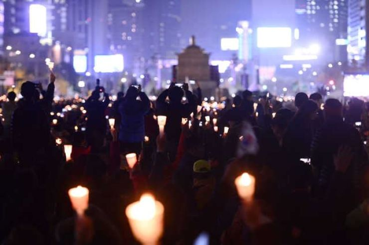 People hold a candlelit rally at Gwanghwamun Square, Seoul, to call for the removal of then-President Park Geun-hye from office, in March, 2017. Korea Times photo by Shim Hyun-chul