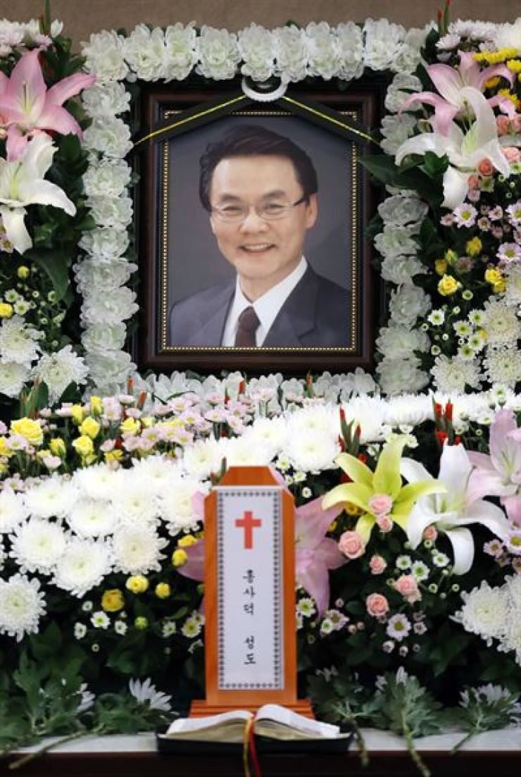 The memorial altar for former lawmaker Hong Sa-duk is set up at Seoul National University Hospital in Seoul, Thursday, a day after he died. Yonhap