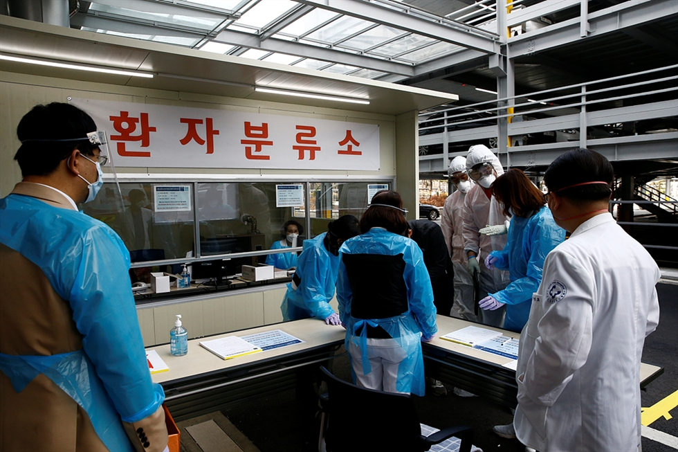 Medical workers move a COVID-19 patient at the National Health Insurance Service (NHIS) Ilsan Hospital in Goyang, Gyeonggi Province. Courtesy of NHIS