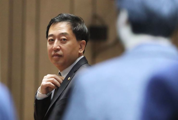 Former Democratic Party of Korea lawmaker Keum Tae-sup stands in a party meeting at the National Assembly in this February photo. The party recently gave a disciplinary action against him for not following the party's decision to vote for a judiciary reform bill last year. /Yonhap