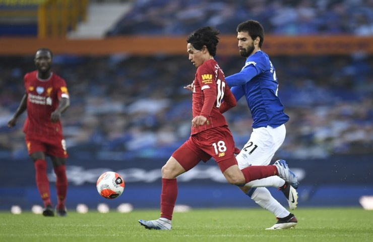 Everton's Andre Gomes, right, chases Liverpool's Takumi Minamino during the English Premier League football match between Everton and Liverpool at Goodison Park in Liverpool, England, Sunday. / AP-Yonhap