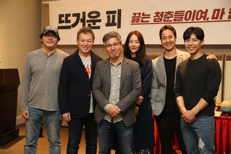 Novelist-turned-director Chun Myung-gwan, center, poses for a photo with the cast of