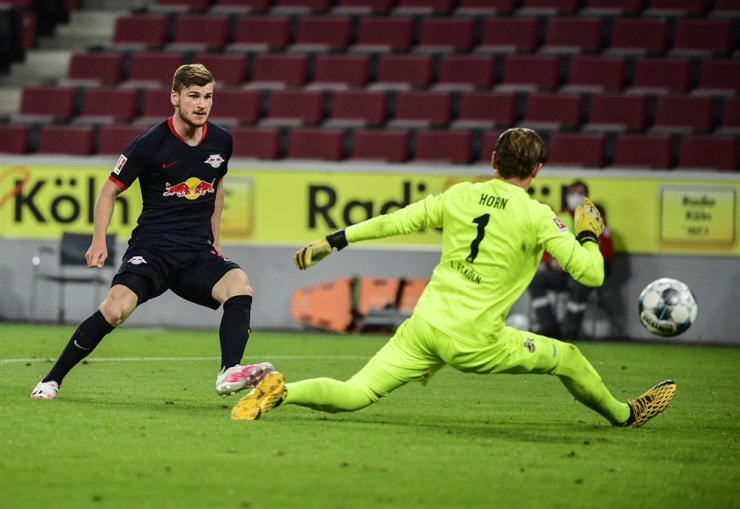 Leipzig's German forward Timo Werner, left, scores the 1-3 past Cologne's German goalkeeper Timo Horn during the German first division Bundesliga football match FC Cologne vs RB Leipzig, in Cologne, Germany, Monday. / EPA-Yonhap