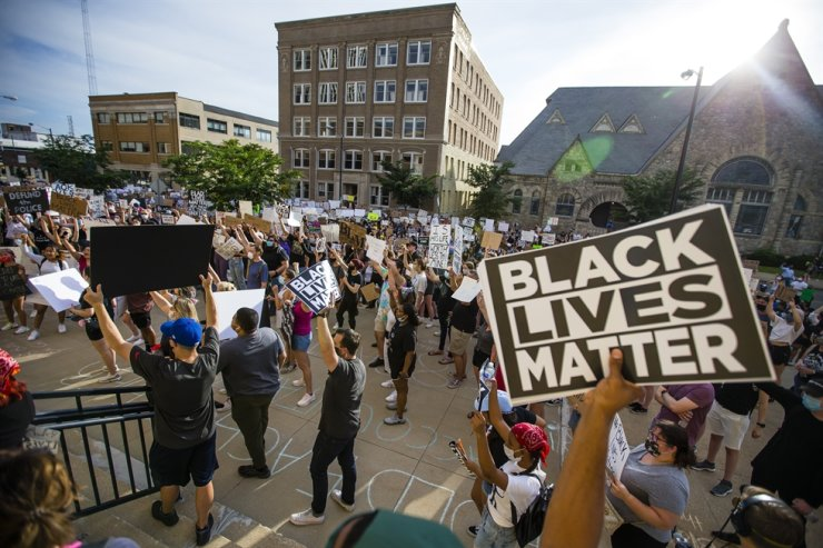 People raise signs after marching to the steps of a courthouse during a Black Lives Matter South Bend Chapter protest, June 5, in downtown South Bend, Indiana, calling for justice for George Floyd, who died May 25 after being restrained by police in Minneapolis. AP-Yonhap