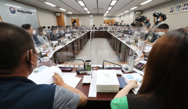 Members of Minimum Wage Commission attend a meeting at Sejong Government Complex, June 25. Yonhap
