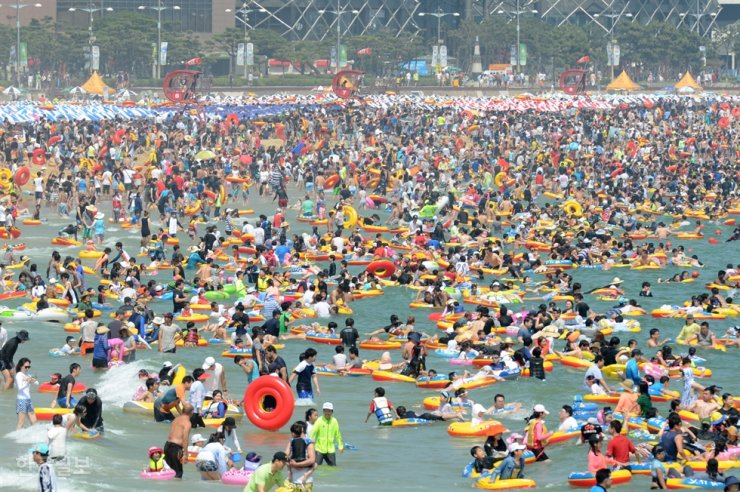 Haeundae Beach is crowded with visitors in this 2015 file photo. Beachgoers will need reservations this summer amid the COVID-19 pandemic. Korea Times file