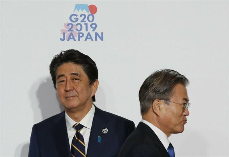 President Moon Jae-in and Japanese Prime Minister Shinzo Abe / Korea Times file