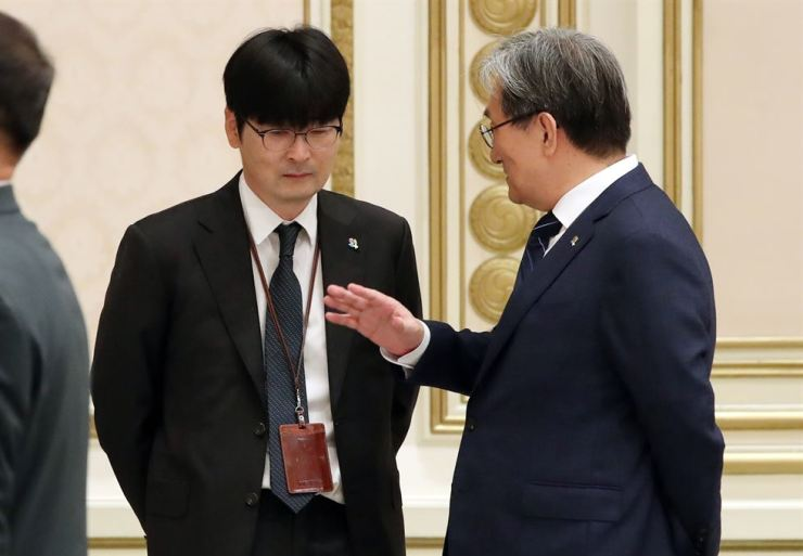 Tak Hyun-min, left, new presidential protocol secretary, takes part at an event at Cheong Wa Dae, Tuesday. Yonhap