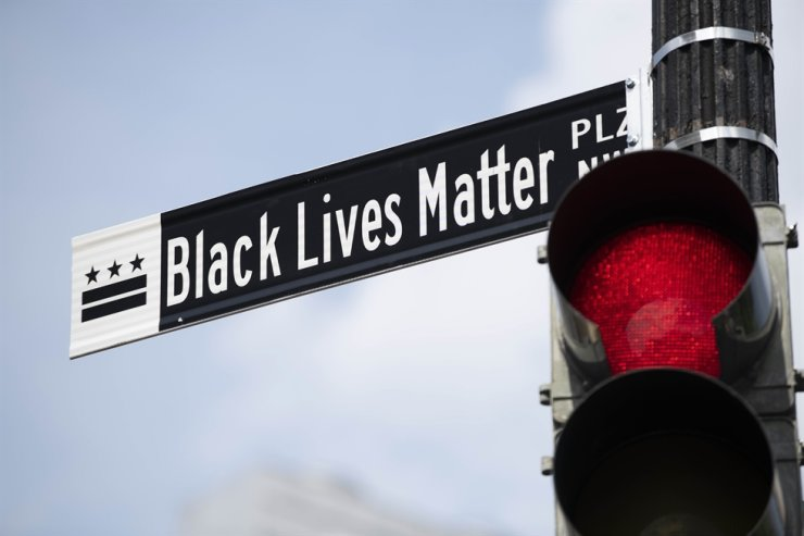 The sign 'Black Lives Matter Plaza' is seen in Washington D.C., the United States, on June 6, 2020. Chanting slogans while holding signs, thousands of protesters marched to Washington, D.C. on Saturday, staging what is expected to be the largest demonstration in the nation's capital against racial injustice and police brutality. (Xinhua/Liu Jie)
