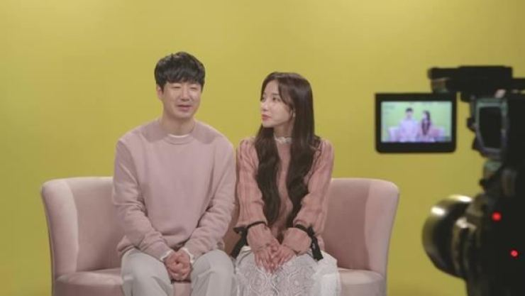 Singer Jisook and computer programmer Lee Doo-hee. Courtesy of MBC