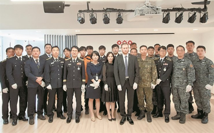 Hungarian Ambassador to Korea Mozes Csoma, front row fourth from right, poses with rescuers who helped recover the bodies of Korean passengers in the deadly Danube boat accident in Hungary in May 2019, at the Hungarian Cultural Institute in Seoul, May 29. Thirty-eight divers and other rescue workers were awarded the Hungarian Medal of Merit for Courage presented by Interior Minister and Deputy Prime Minister for National Security Sandor Pinter. / Courtesy of Embassy of Hungary