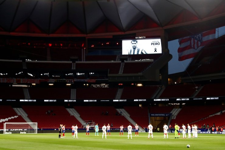 Atletico Madrid and Real Valladolid players observe a minutes silence before the match at Wanda Metropolitano in Madrid, Spain, Saturday, as play resumes behind closed doors following the outbreak of the COVID-19. Reuters-Yonhap