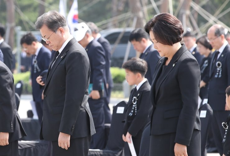 President Moon Jae-in and his wife Kim Jung-sook pay their silent respects during the 65th Memorial Day ceremony at Daejeon National Cemetery located 160 kilometers south of Seoul, June 6. Yonhap