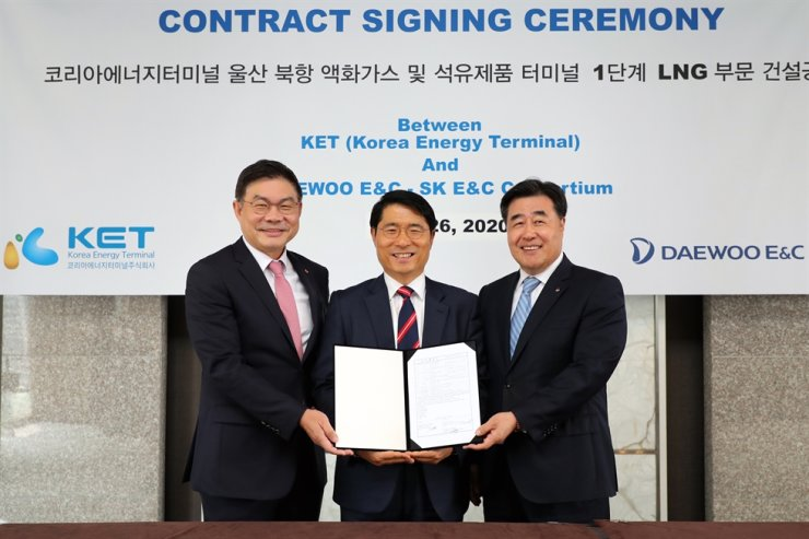 Daewoo E&C and SK E&C ink a deal with Korea Energy Terminal to construct LNG plant in Ulsan at the Plaza Hotel in Seoul, on June 26. From right, Daewoo E&C President Kim Hyung, Korea Energy Terminal President Moon Byung-chan, SK E&C President Ahn Jae-hyun.  Courtesy of Daewoo E&C