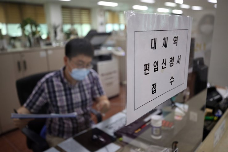 A notice for an application for alternative service is seen on a partition at a Seoul branch of the Military Manpower Administration (MMA), Tuesday, when it opened up applications for conscientious objectors who wish to perform other duties than military service due to religious or other ideological reasons. Yonhap