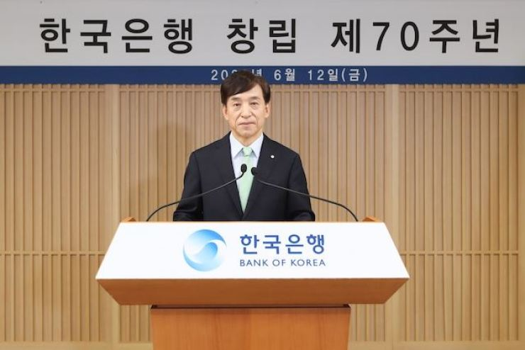 Bank of Korea (BOK) Governor Lee Ju-yeol delivers a speech at the BOK headquarters in Seoul, Friday, to celebrate the 70th anniversary of the founding of the central bank. He said the bank will maintain an accommodative monetary policy until the economy overcomes the difficulties caused by the COVID-19 pandemic and shows signs of recovery. / Courtesy of BOK