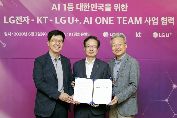 I.P. Park, left, chief technology officer of LG Electronics, poses with Jeon Hong-beom, center, head of KT's AI/DX Convergence Business Group, and Lee Sang-min, head of LG Uplus' Future and Converged Division pose for a picture after agreeing to co-develop AI technology at KT's headquarters in Seoul, Wednesday. / Courtesy of KT