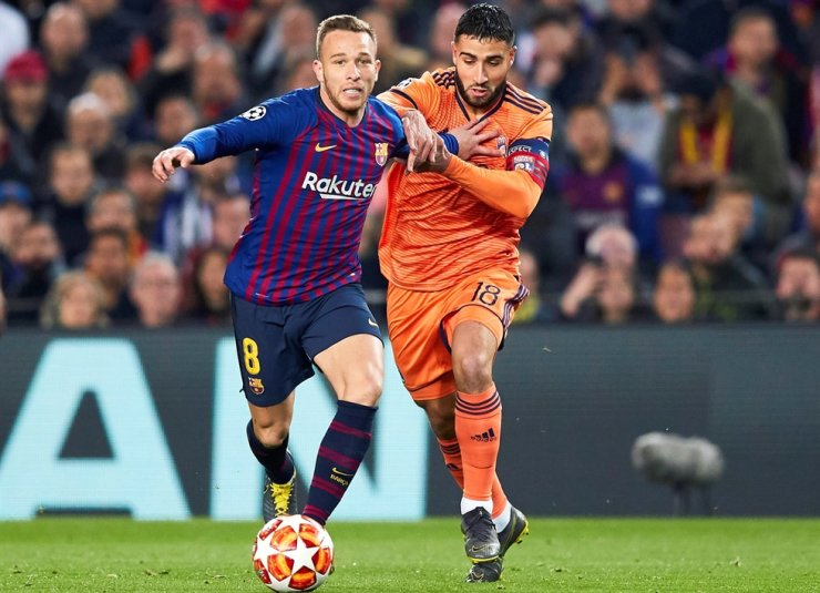 FC Barcelona's Arthur Melo, left, is in action against Olympique Lyon's Nabil Fekir during the UEFA Champions League round of 16 second leg football match between FC Barcelona and Olympique Lyon at Camp Nou in Barcelona, north eastern Spain, March 13, 2019. According to media reports, Italian Serie A club Juventus FC signed 23-year-old midfielder Arthur Melo from FC Barcelona. / EPA-Yonhap