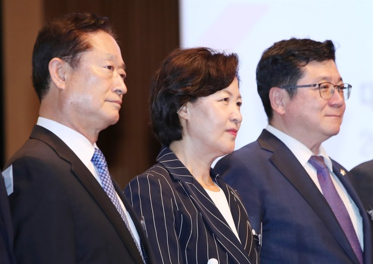 Dignitaries pose at Korea Chamber of Commerce and Industry in Seoul, Thursday, during a public hearing on the establishment of an independent investigative body for high-ranking officials' corruption cases. From left are Nam Ki-myung, head of the taskforce team on the establishment, Justice Minister Choo Mi-ae, and Korean Bar Association President Lee Chan-hee. Yonhap