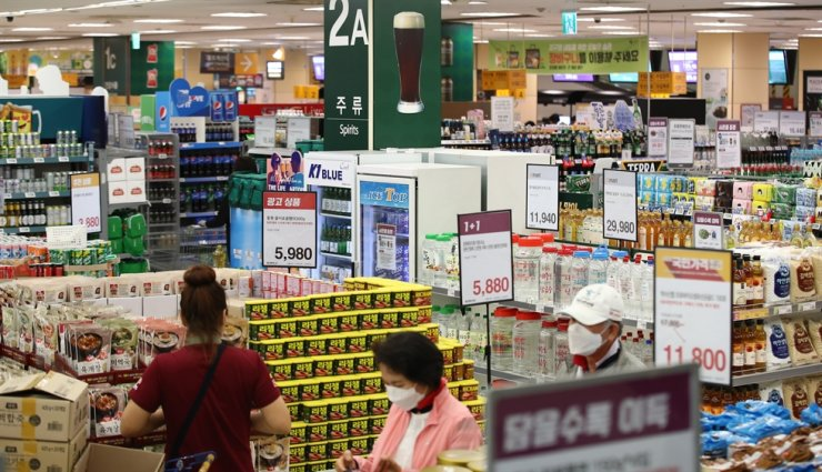 Shoppers shop at a large supermarket in Seoul. Yonhap