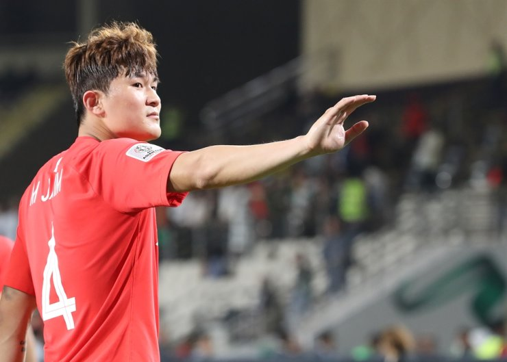 South Korean International Kim Min-jae greets fans after the Asian Cup qualification match between Korea and China at the Al Nayan Stadium in Arab Emirates, Jan. 17, 2019. / Yonhap