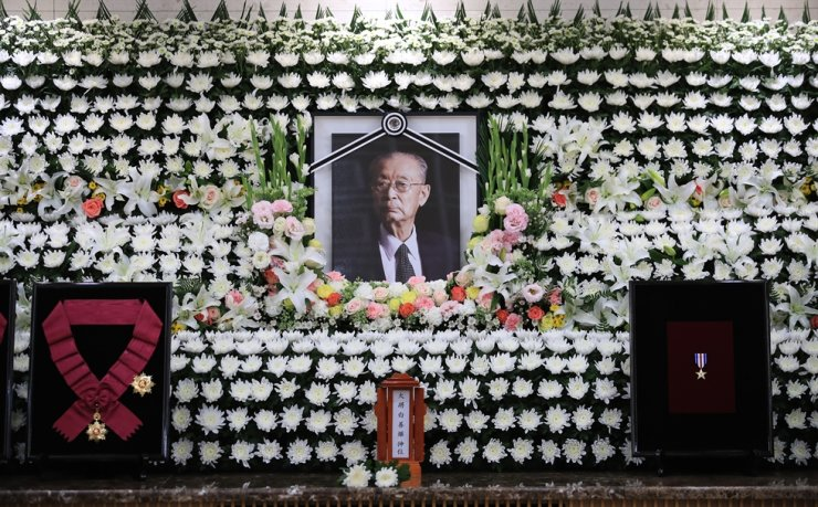 A portrait of the late Paik Sun-yup, a famous Korean War hero and South Korea's first four-star general, is placed on a memorial altar set up at the Asan Medical Center in Seoul, Saturday. Paik passed away at the age 99 the previous day. Yonhap