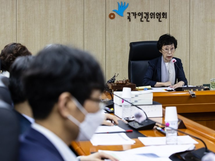 National Human Rights Commission of Korea Chairwoman Choi Young-ae speaks during a standing committee meeting held at the commission's office in central Seoul, Thursday. The commission has decided to begin an investigation into sexual harassment allegations raised against the late Seoul Mayor Park Won-soon. / Yonhap