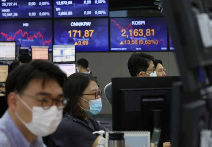 Since Korea's benchmark KOSPI hit the lowest point in mid-March due to concerns over the rapid spread of COVID-19, the nation's stock rebounded from the pandemic shock, attracting more retail investors. / Yonhap