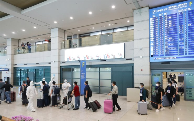 Korean workers arrive at Incheon International Airport from Iraq, Friday, via a chartered flight. Yonhap