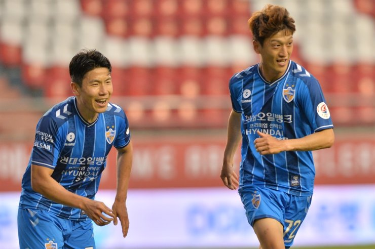 Ulsan Hyundai midfielder Lee Chung-yong, right, celebrates with his teammate Kim In-sung after scoring a goal against the Pohang Steelers during the K League match at the Pohang Steel Yard, June 6. / Korea Times file