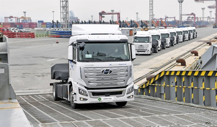 Ten Hyundai Motor hydrogen electric trailer trucks are loaded onto a ship bound for Switzerland at Gwangyang Port in South Jeolla Province, Monday. Hyundai plans to export a total of 1,600 trucks by the end of 2025. / Courtesy of Hyundai Motor