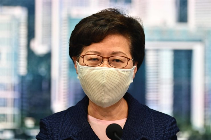 Hong Kong Chief Executive Carrie Lam, wearing a protective mask, announces Friday that the government will postpone legislative elections by one year. AP-Yonhap