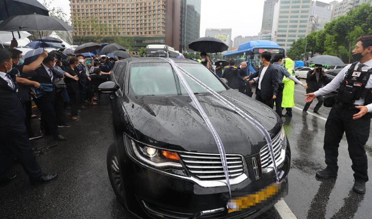 A hearse carrying Park's coffin leaves the city hall after the funeral, Monday. Park's body was to be cremated at Seoul Memorial Park in southern Seoul and laid to rest in his home town of Changnyeong, South Gyeongsang Province. / Yonhap
