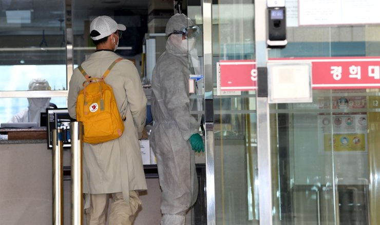 An international student arrives at a dormitory building of Kyung Hee University in Seoul, for 14 days of self-quarantine upon arrival, in this Feb. 24 file photo. Korea Times file