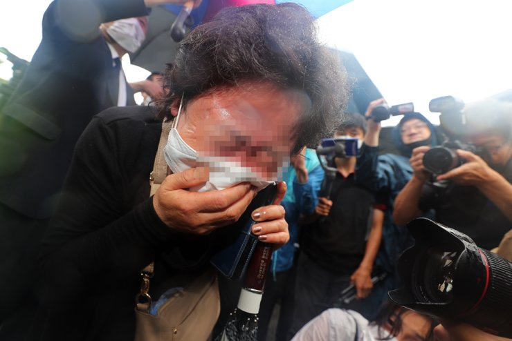A supporter of the late mayor wails in front of Seoul City Hall, Monday. / Yonhap