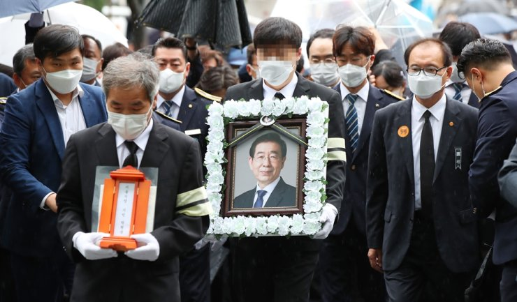 A framed portrait of Park Won-soon arrives at Seoul City Hall, the venue for his funeral, Monday morning. Yonhap