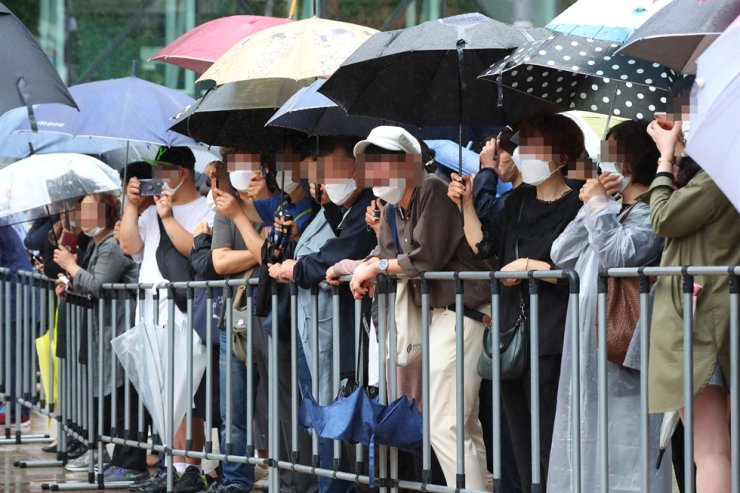 Citizens watch a funeral procession for Park outside the city hall, Monday. / Yonhap