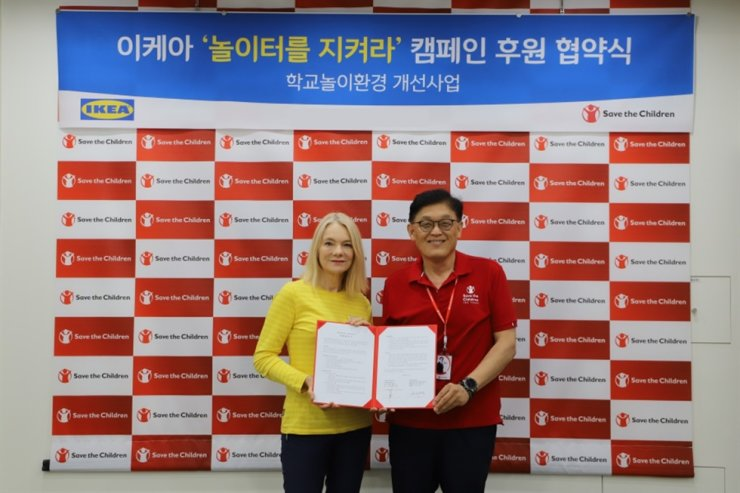 IKEA Giheung Market Manager Anje Heim, left, poses with Save the Children Korea director Jeong Tae-young at the latter's headquarters in Mapo-gu, Seoul, in this photo released Monday. Courtesy of IKEA Korea
