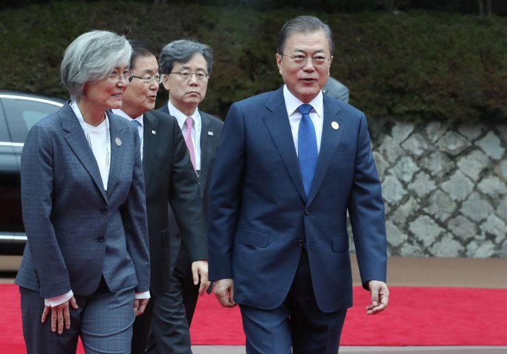 President Moon Jae-in, right, arrives at the Mekong-ROK summit in Busan on Nov. 27, 2019, with NSO second deputy director Kim Hyun-chong, second from right, and Foreign Minister Kang Kyung-wha, left. Korea Times file