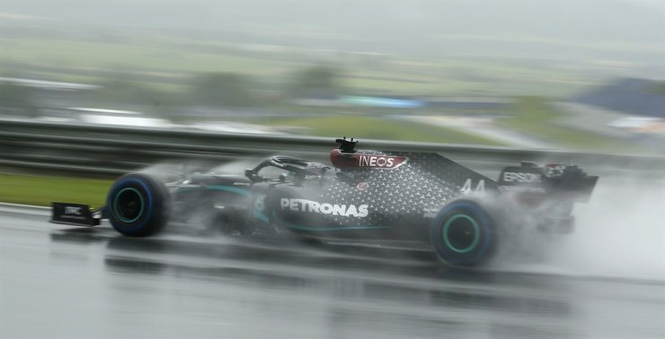 Mercedes driver Lewis Hamilton of Britain steers his car during the qualifying session for the Styrian Formula One Grand Prix at the Red Bull Ring racetrack in Spielberg, Austria, Saturday. / AP-Yonhap