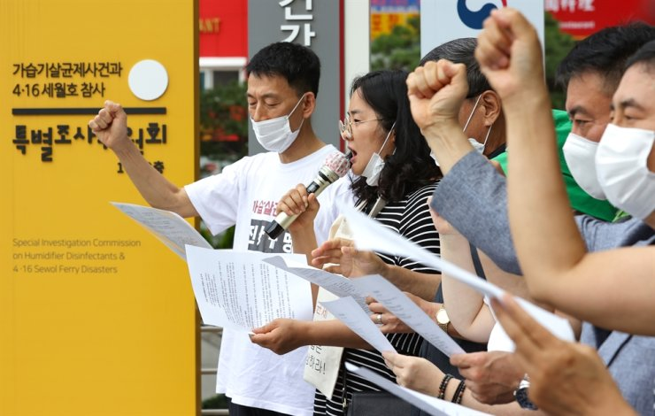 Victims of a deadly humidifier sanitizer scandal hold a protest in front of the building of the Special Commission on Social Disaster Investigation in Seoul, Friday. Yonhap