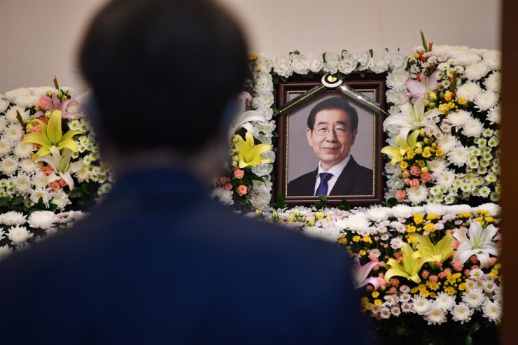 Park Won-soon's portrait on an altar set up at a funeral house associated with Seoul National University Hospital, Friday. Yonhap