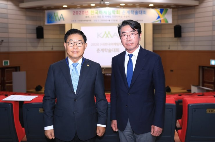 Lina Korea CEO Benjamin Hong, left, poses with Korea Marketing Association (KMA) Chairman Han Sang-man, after receiving the KMA's CEO of the Year Award at Kyungpook University, June 27. / Courtesy of Lina Korea