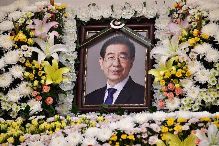 A memorial photo of Seoul Mayor Park Won-soon is seen at Seoul National University Hospital in Jongno, Seoul, Friday. Yonhap