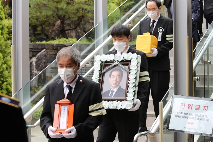 Park Won-soon's ashes are carried to a bus after cremation in Seoul, Monday. The ashes were scattered in Changnyeong, South Gyeongsang Province, where his parents are buried. /Yonhap