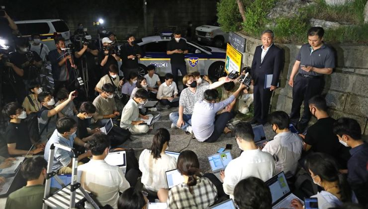 An inspector from Seoul Metropolitan Police Agency in Friday morning debriefs about Park who has been found dead at Waryong Park in Seoul's Seongbuk-gu District. Yonhap