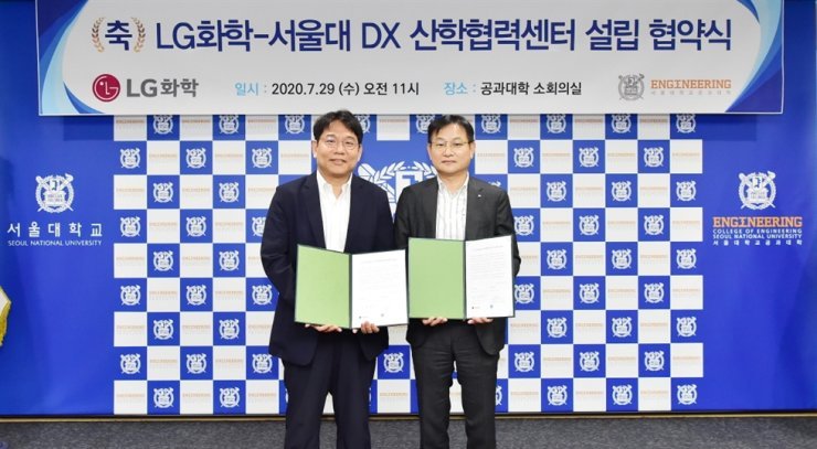 Kim Sung-min, right, chief human resources officer at LG Chem, poses with Yoon Sung-roh, associate dean of the College of Engineering at Seoul National University after signing a partnership for digital transformation at the latter's headquarters in Seoul, Wednesday. / Courtesy of LG Chem