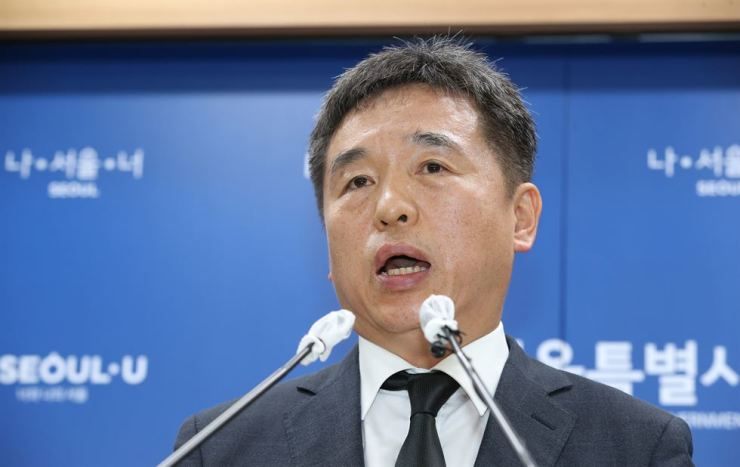 Seo Jeong-hyup, first vice mayor for administrative affairs, speaks at Seoul City Hall in Friday morning about the city's future plans following the death of city mayor Park Won-soon. Seo takes the late Park's office for now. Yonhap