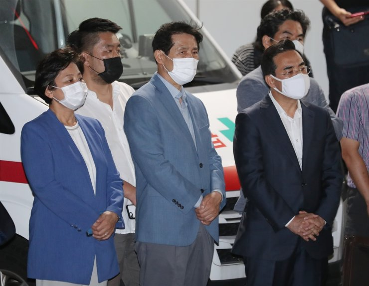 Lawmakers from the ruling Democratic Party of Korea (DPK) wait for the hearse carrying the late Seoul Mayor Park Won-soon at a hospital in Seoul, Friday. Yonhap